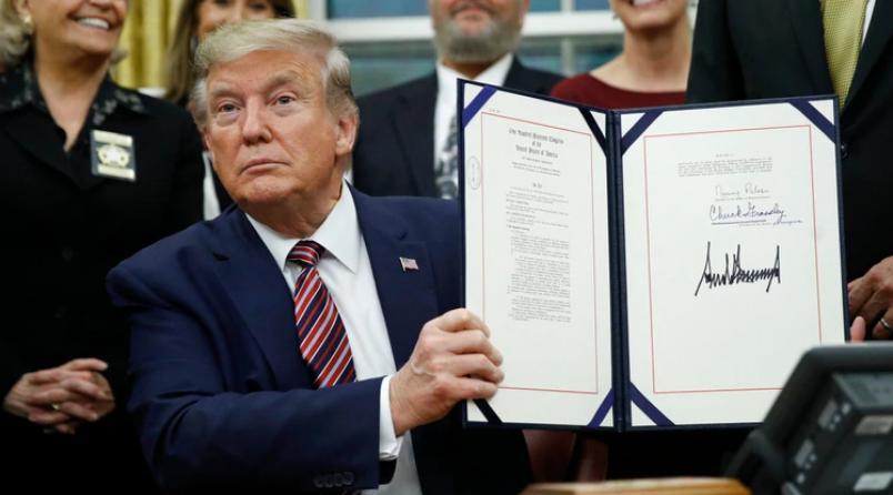 Donald Trump, firmando proyecto de ley, maltrato animal